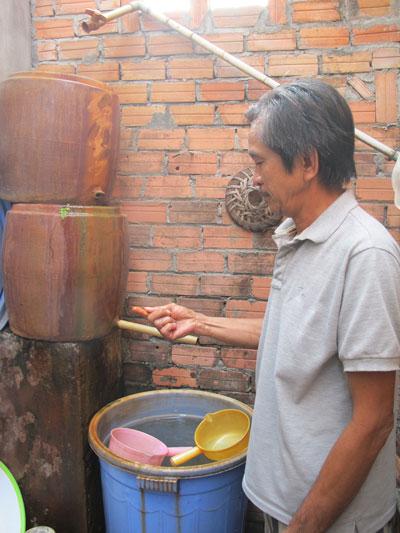 Dù qua 2 bể lọc nhưng nước ở nhà ông Huỳnh Văn Mười (xã Đông Thạnh, huyện Hóc Môn, TP HCM) vẫn đầy phèn và có mùi tanh