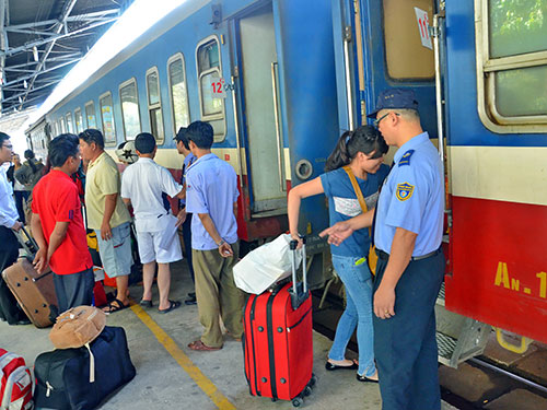 Hành khách đi tàu tại ga Sài Gòn Ảnh: Tấn Thạnh
