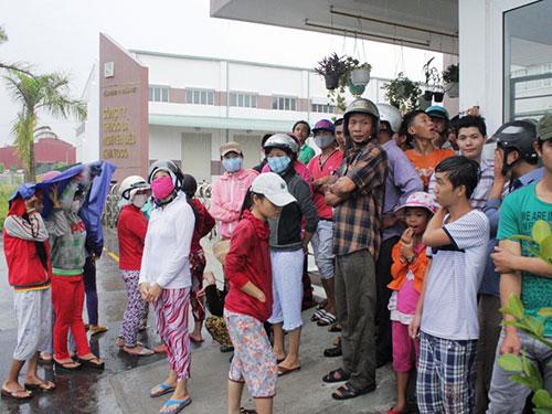 Người dân xã Vĩnh Phương, TP Nha Trang, tỉnh Khánh Hòa tụ tập phản đối nhà máy tách cọng thuốc lá gây ô nhiễm Ảnh: KỲ NAM