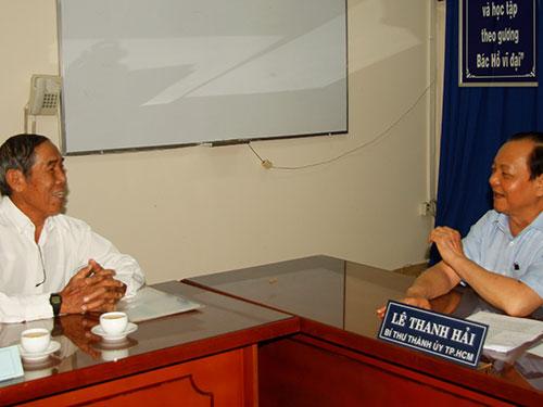Bí thư Thành ủy TP HCM Lê Thanh Hải lắng nghe ông Phùng Tuấn Ngạn trình bày vụ khiếu nại 26 năm