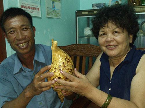 Ngư dân Trương Văn Thông giới thiệu với du khách vỏ một loại ốc hiếm bắt từ Hoàng Sa Ảnh: TRƯƠNG ĐIỆN THẮNG