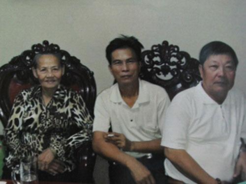 """Một số thành viên """"gia đình nhà Rồng"""", người ở giữa là """"Tổng tài chủ"""" Ba Vương Ảnh: Cơ quan ANĐT"""