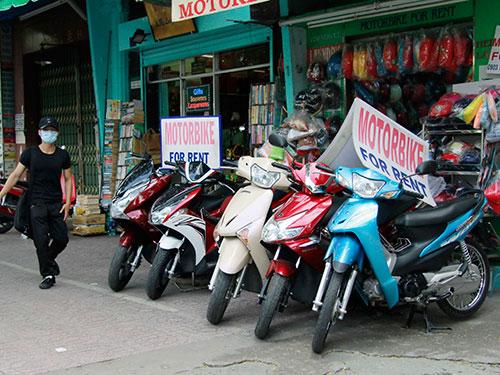 Một địa điểm cho thuê xe máy trên đường Phạm Ngũ Lão, quận 1, TP HCM Ảnh: HOÀNG TRIỀU