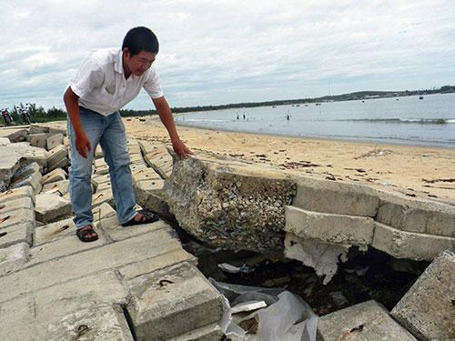 Tuyến kè chống sạt lở ở bờ biển xã Tam Hải bị hư hỏng nghiêm trọng