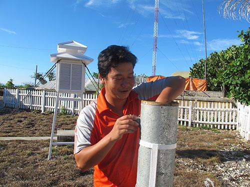 Trạm trưởng Đoàn Tấn Phước thu thập số liệu quan trắc gửi về đất liền phục vụ công tác dự báo thời tiết ở quần đảo Trường Sa