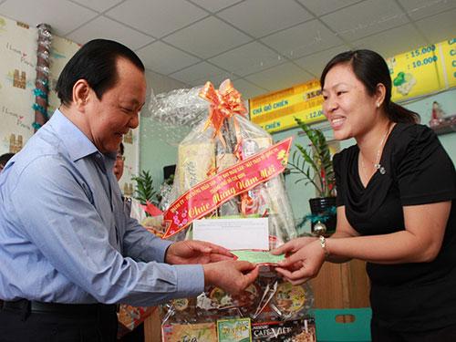 Ủy viên Bộ Chính trị, Bí thư Thành ủy TP HCM Lê Thanh Hải chúc Tết và tặng quà gia đình chiến sĩ đang làm nhiệm vụ  ở quần đảo Trường Sa