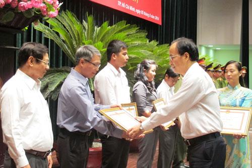 Ông Lê Mạnh Hà, Phó Chủ tịch UBND TP HCM, tặng bằng khen cho các cá nhân, tập thể đạt thành tích xuất sắc trong công tác hỗ trợ người chấp hành xong án phạt tù hòa nhập cộng đồng