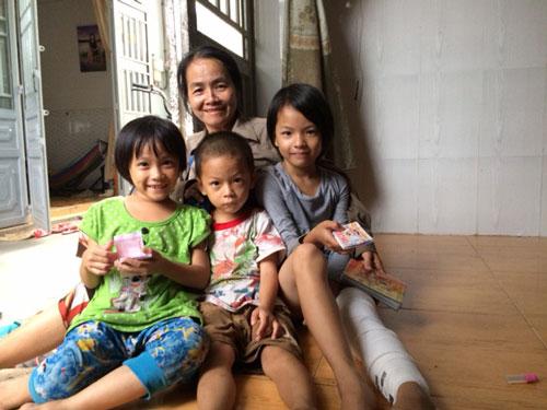 Bà Nguyễn Thị Hoa và 3 đứa cháu ngoại không giấy khai sinh