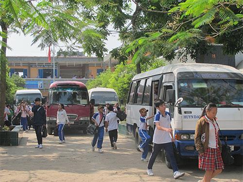 Học sinh đi xe đưa rước của HTX Thành Long - nay đã chuyển cho HTX Thanh Sơn quản lý