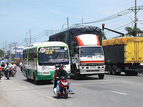 Quốc lộ 1 đoạn qua huyện Bình Chánh, TP HCM không có dải phân cách nên rất dễ xảy ra tai nạn giao thông Ảnh: TẤN THẠNH