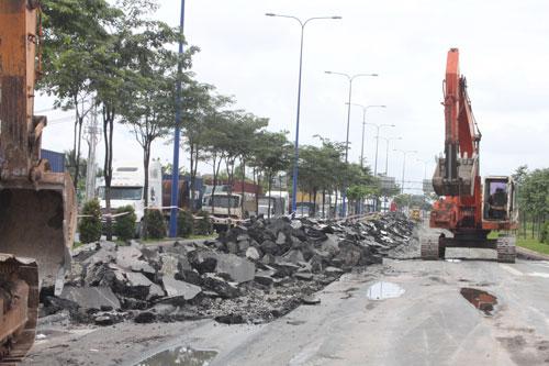 Một đoạn trên đại lộ Mai Chí Thọ đang được xới lên để chống lún