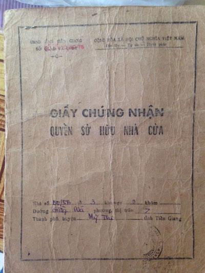 Căn nhà của bà Bùi Thị Nhàn mà ông Lâm Văn Dung đang ở (ảnh lớn) và giấy chứng nhận quyền sở hữu nhà cửa hợp pháp của bà Nhàn