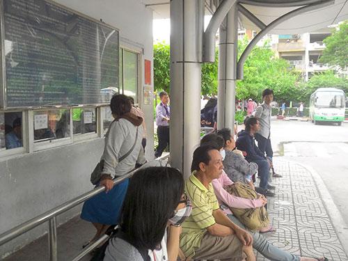 Hành khách mua vé tại Bến xe buýt 23-9 (quận 1, TP HCM)