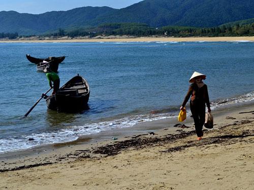 ... Đàn bà đi biển mồ côi một mìnhẢnh: AN NGUYÊN