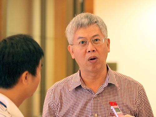 Đại biểu Quốc hội Nguyễn Đức Kiên trả lời phỏng vấn của phóng viên bên hành lang Quốc hội ngày 24-10