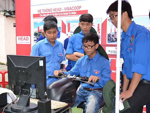 Các bạn trẻ tham gia tập huấn lái xe an toàn