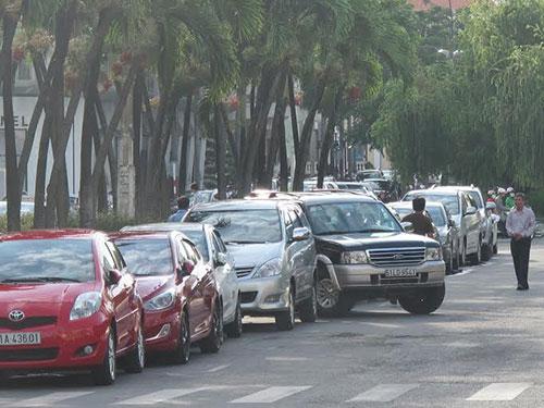 Ô tô đậu trên đường Nguyễn Huệ, quận 1, TP HCM có thu phí 5.000 đồng/lượt Ảnh: THU HỒNG