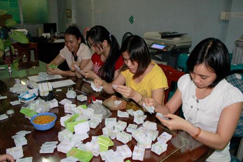 Nhân viên Liên hiệp HTX Vận tải TP HCM kiểm đếm, phân loại vé thật - giả