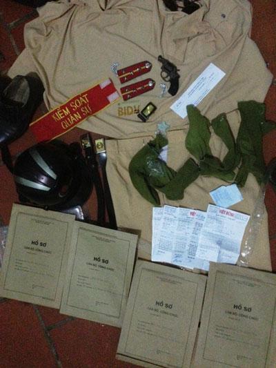 Bùi Anh Tuấn và những tang vật công an thu được tại nhà của đối tượng này