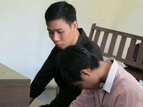 Hai bị cáo Nguyễn Bá Thành (trái) và Phùng Tuấn Anh tại tòa