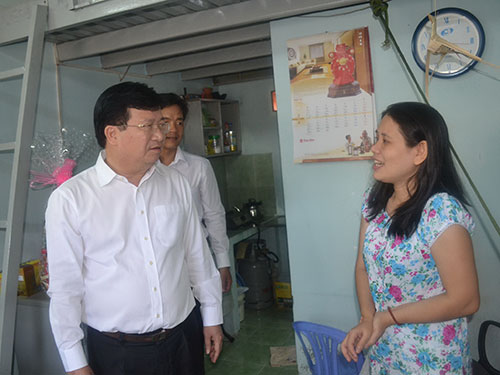Bộ trưởng Bộ Xây dựng Trịnh Đình Dũng thăm hỏi công nhân tại khu lưu trú của Sadeco ở quận 7, TP HCM Ảnh: QUANG LÊ