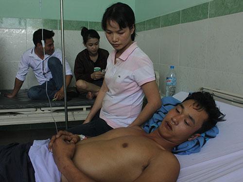 Anh Nguyễn Hồng Khởi đang điều trị tại Bệnh viện Hòa Hảo