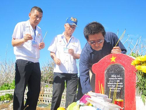 Các cựu binh hải quân thắp hương mộ liệt sĩ trên đảo Trường Sa Lớn