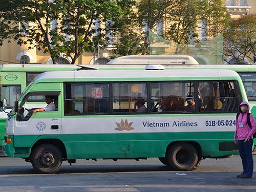 Quảng cáo trên xe buýt của HTX Vận tải 26 (TP HCM) Ảnh: TẤN THẠNH