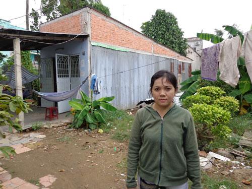 Chị Lâm Thị Hồng Mai trước khu đất và căn nhà bị ông Nhiều chiếm giữ gần 1 năm qua
