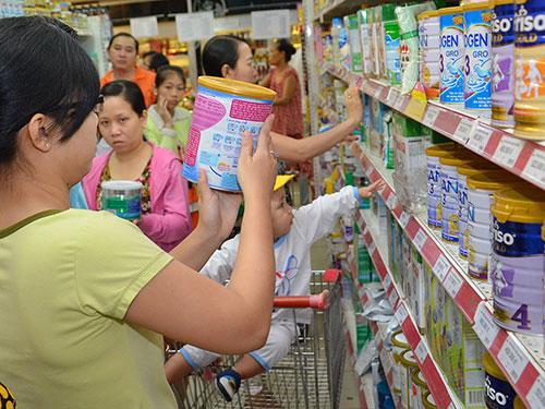 Việc quản lý giá sữa vẫn còn gặp không ít khó khăn Ảnh: TẤN THẠNH