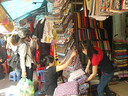 Tiểu thương chợ Tân Bình hiện vẫn đang buôn bán bình thường Ảnh: THANH NHÂN