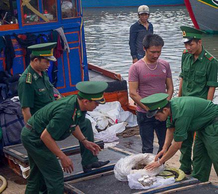 Đồn Biên phòng Cà Ná bắt quả tang vật liệu nổ trên tàu QNg 90457 TS