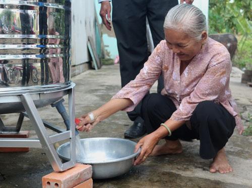Người nhà ông Dương Văn Hải vui mừng vì có bồn chứa nước để sử dụng