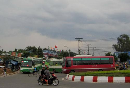5 chiếc xe buýt chen nhau tại đoạn qua vòng xoay 621 gần siêu thị - nhà sách Nguyễn Văn Cừ, khu Làng ĐH Ảnh: GIA MINH