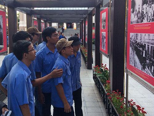 Các bạn trẻ xem triển lãm Tự hào 39 năm đất nước trọn niềm vui