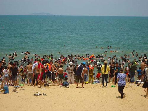 Bãi biển Quy Nhơn chật kín người trong ngày Tết Đoan Ngọ