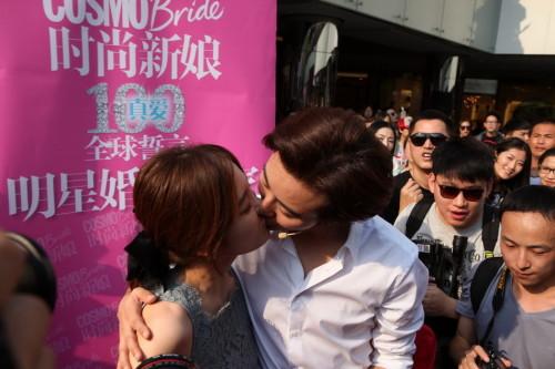 Trao nhau nụ hôn nồng cháy