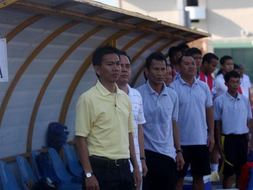 HLV Hoàng Anh Tuấn (bìa trái) bất ngờ bị