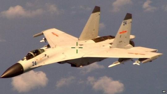Máy bay của Trung Quốc đánh chặn máy bay tuần tra của Mỹ. Ảnh: AP