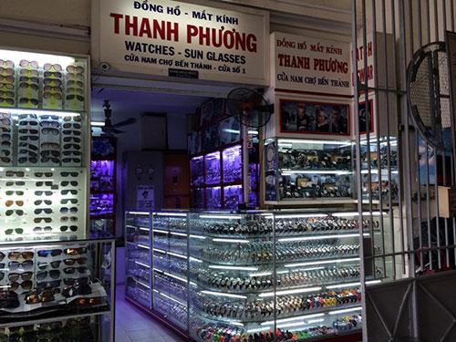 """Tủ bán đồng hồ của ông Thanh """"nậu"""" ở cửa Nam chợ Bến Thành"""