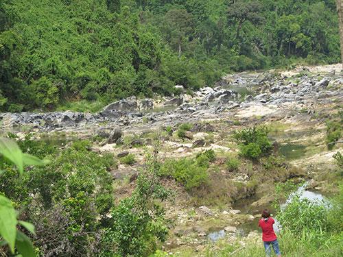 Hạ du sông Vu Gia cạn trơ đáy vì bị thủy điện Đăk Mi 4 chuyển nước qua sông Thu Bồn