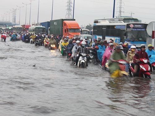 Xa lộ Hà Nội, quận Thủ Đức, TP HCM bị ngập sau một trận mưa lớn