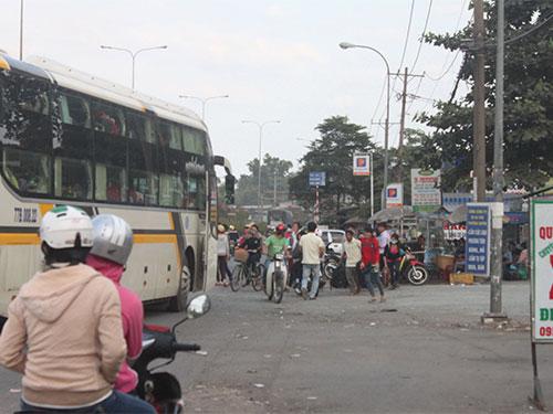 Hành khách từ TP HCM đón xe về miền Trung trên Quốc lộ 1 sáng 19-1 Ảnh: Thành Đồng