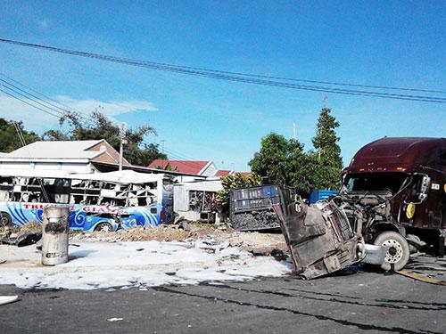 Vụ tai nạn khiến cả 2 xe bị biến dạng nghiêm trọng