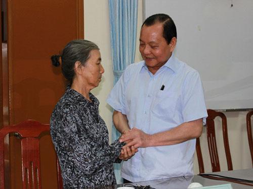 Bí thư Thành ủy TP HCM Lê Thanh Hải trao đổi với bà Hồ Thị Ngọc Anh