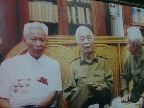 Ông Trần Dực (bên trái) cùng Đại tướng Võ Nguyên Giáp và nguyên Trưởng Ban Biên giới Chính phủ Lê Minh Nghĩa. (Ảnh do nhân vật cung cấp)