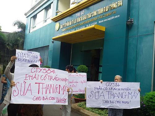 Người dân chung cư 584 Phú Thọ Hòa, quận Tân Phú, TP HCM phản đối chủ đầu tư. (Ảnh do người dân cung cấp)