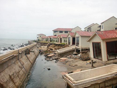 Khu nghỉ dưỡng Đồng Dương ở ven bờ biển Cửa Đại bị sóng đánh hư hỏng phải bỏ hoang