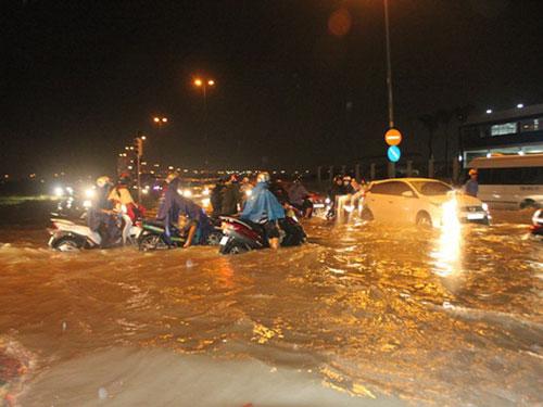 Ngập trên đường Lương Định Của, quận 2, TP HCM vào tối 9-10