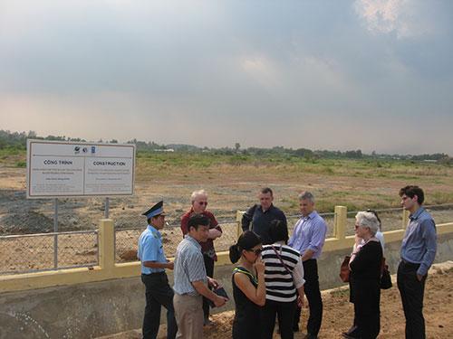 Các chuyên gia trong một lần khảo sát tình hình ô nhiễm tại sân bay Biên Hòa